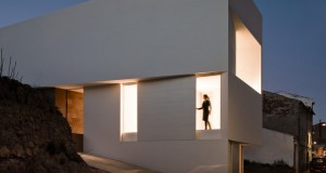 HOUSE ON MOUNTAINSIDE OVERLOOKED BY CASTLE – Fran Silvestre Arquitectos